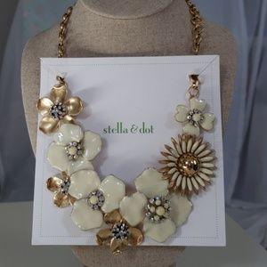 Stella & Dot Dot Bloom Necklace